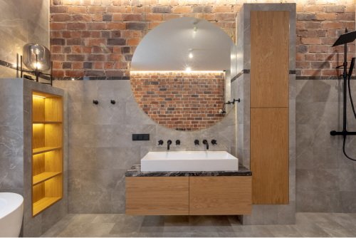 Moderne baderom med teglstein og grå fliser