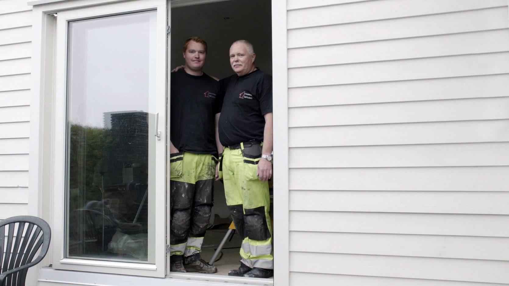 Morten Hetland og sønn i døråpning