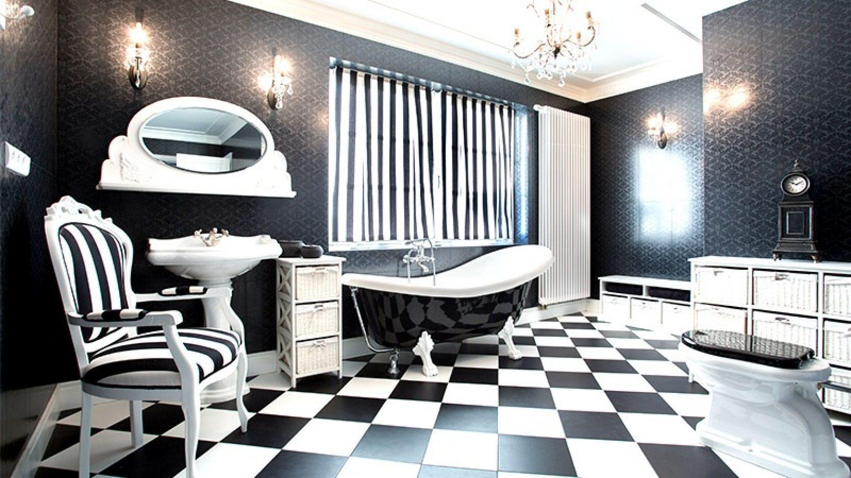 Baderom i svart og hvitt, gulvfliser i sjakkmønster og stripete gardiner.