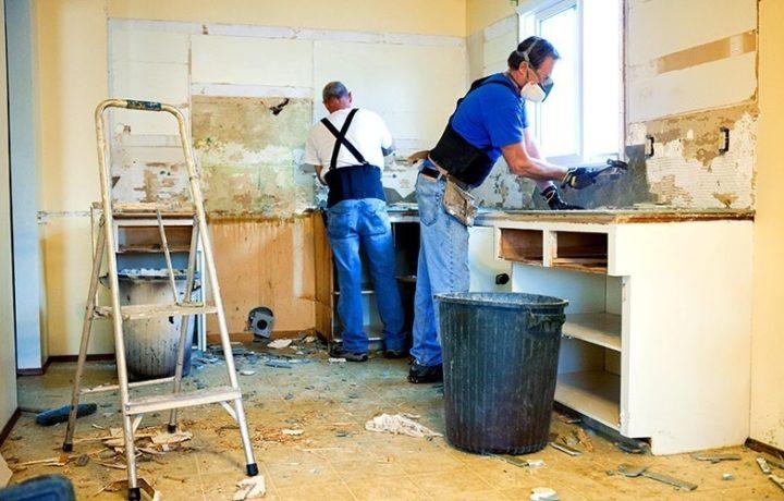 Håndverkere renoverer et kjøkken