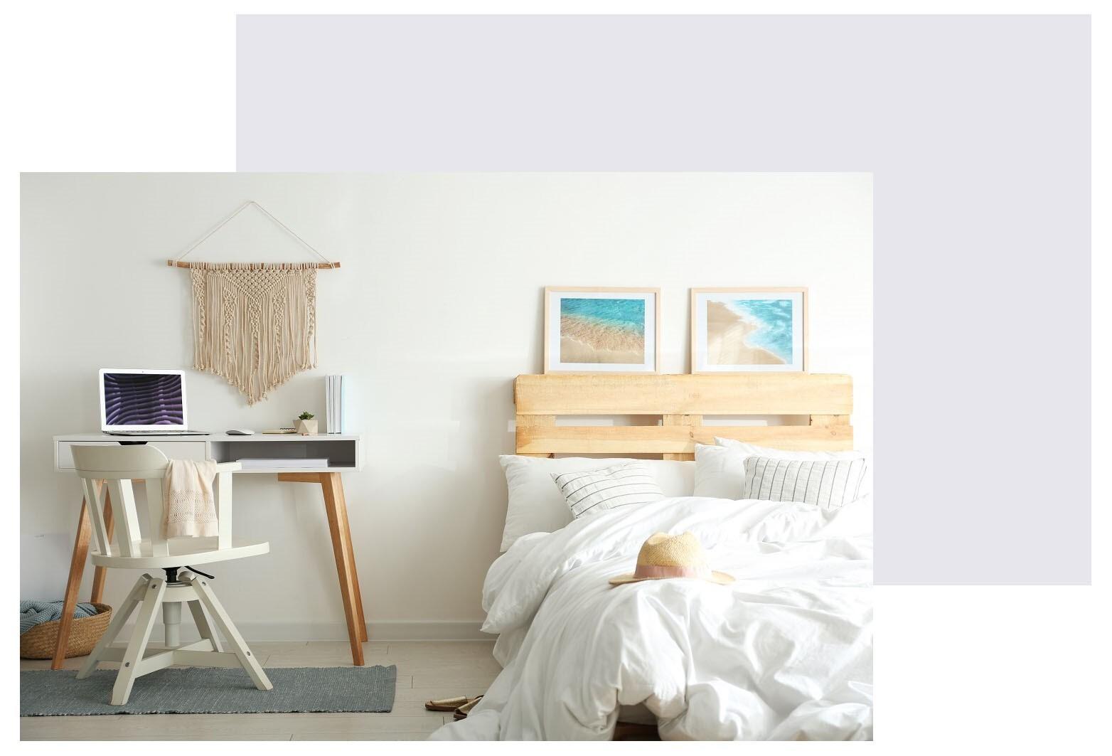 Hybel med seng og skrivebord i lyse farger