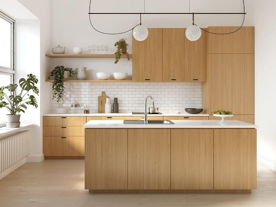 Kjøkken med trefargede skap og hvite vegger