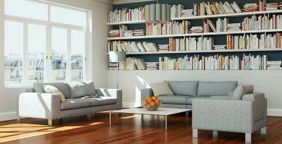 Lyse sofaer  i en lys leilighet med store vinduer og bokhylle full av bøker