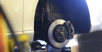 Bilde av bremseskiven på en bil som står på verksted