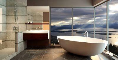 Designer-bad med badekar og utsikt over sjø og dramatiske skyer