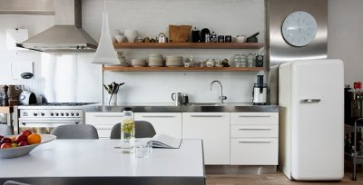 Rent og lyst kjøkken, moderne kjøkkeninnredning, hvitt kjøleskap og spisebord