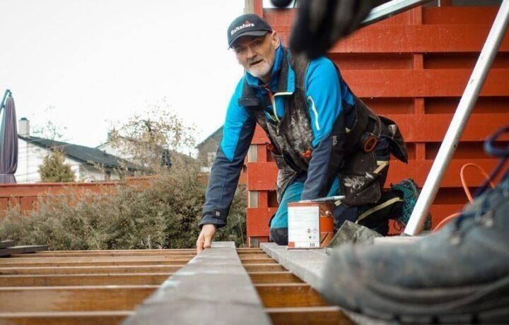 Tømrer Terje Gangstø legger platting