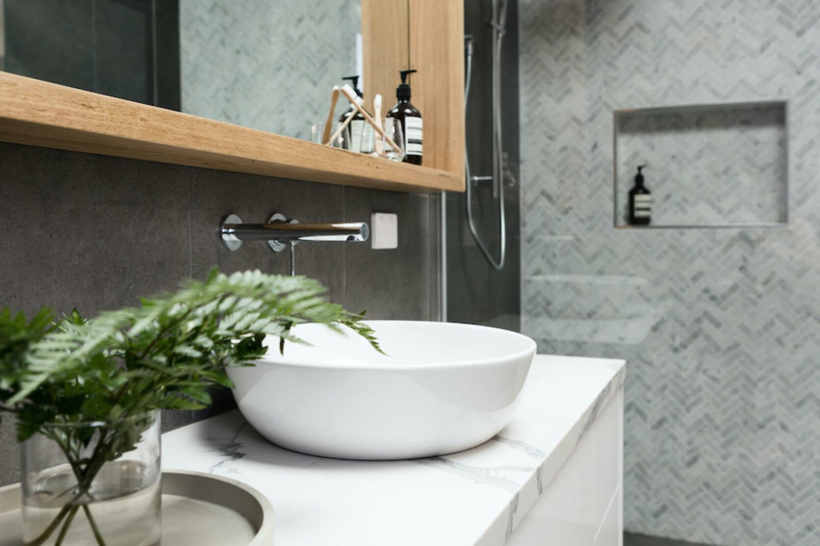 Pen baderomsinnredning med vask montert i benk av marmor