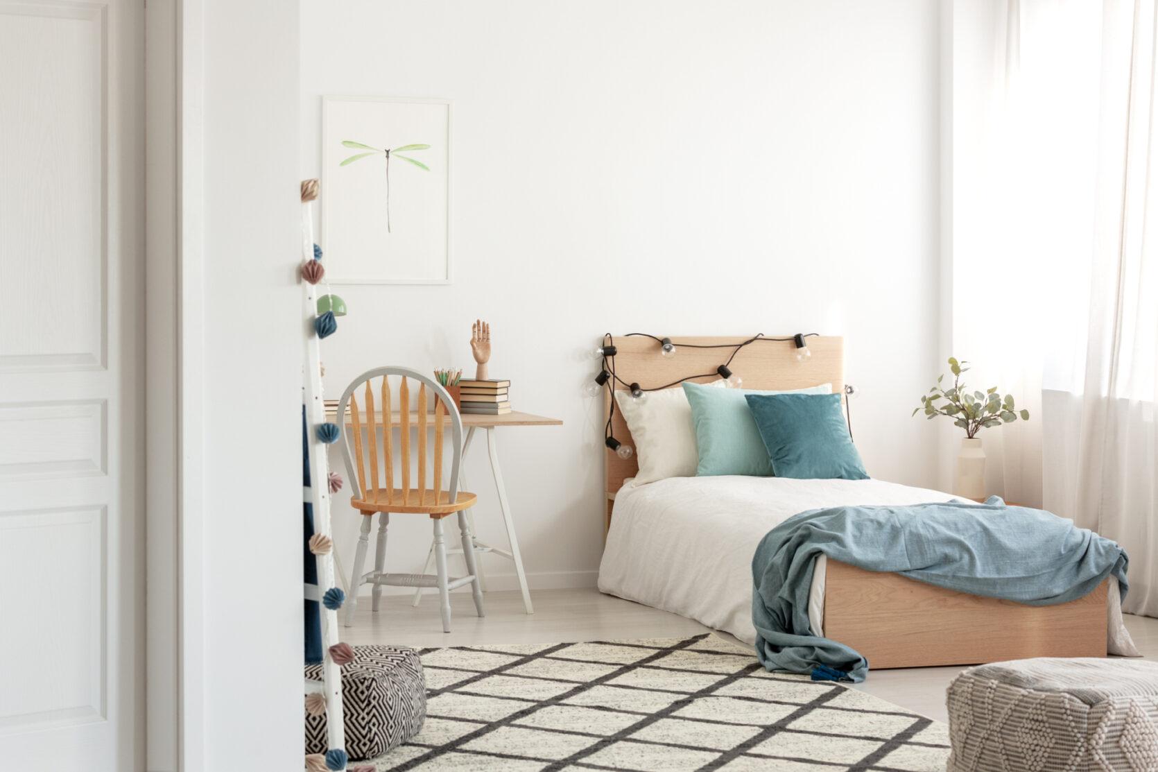 Hybel i lyse farger med seng og skrivebord