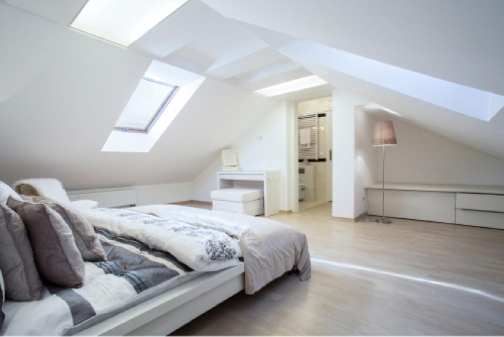 Lyst soverom i loftetasje med skråtak