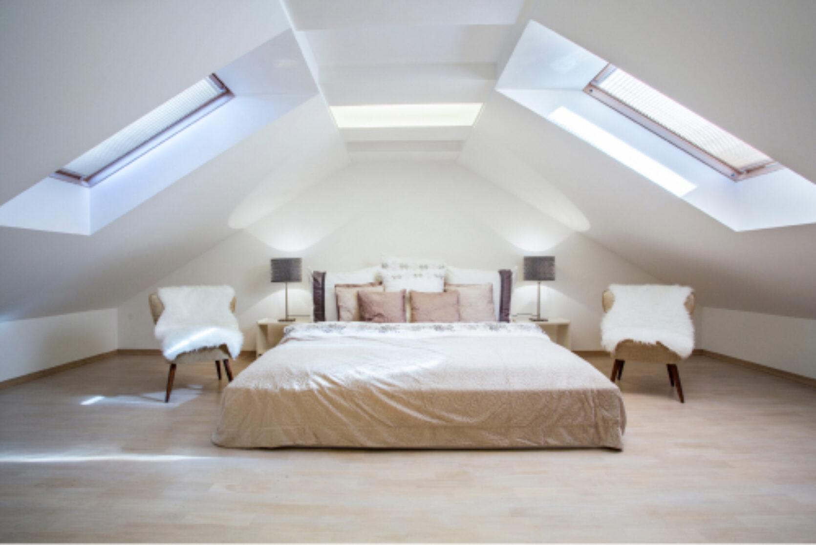 Stort og lyst soverom i loftetasje med skråtak og takvinduer