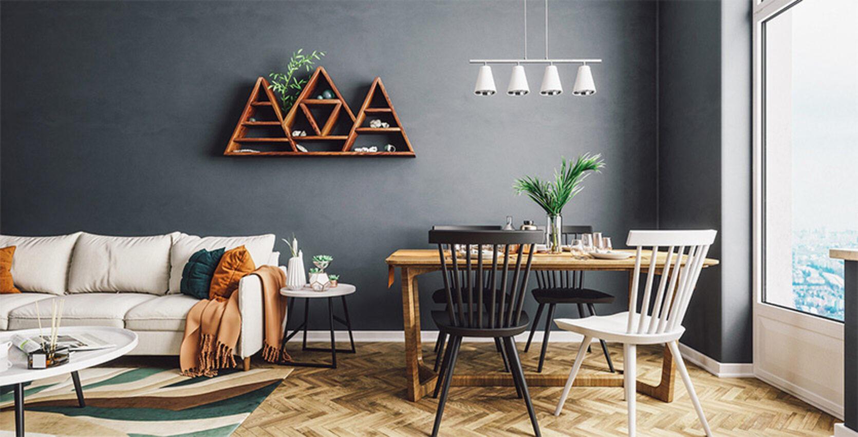 Stue med lys sofa og spsiebord med trestoler i sort og hvitt. Tregulv og et stort vindu som gir lys