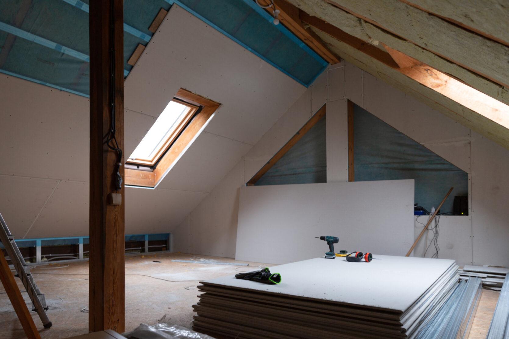 Innendørs loft med skråtak på begge sider, veggene er delvis monterte