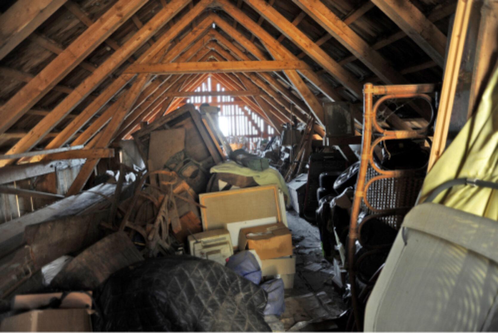 Et rotete kaldloft med masse esker, møbler og annet interiør