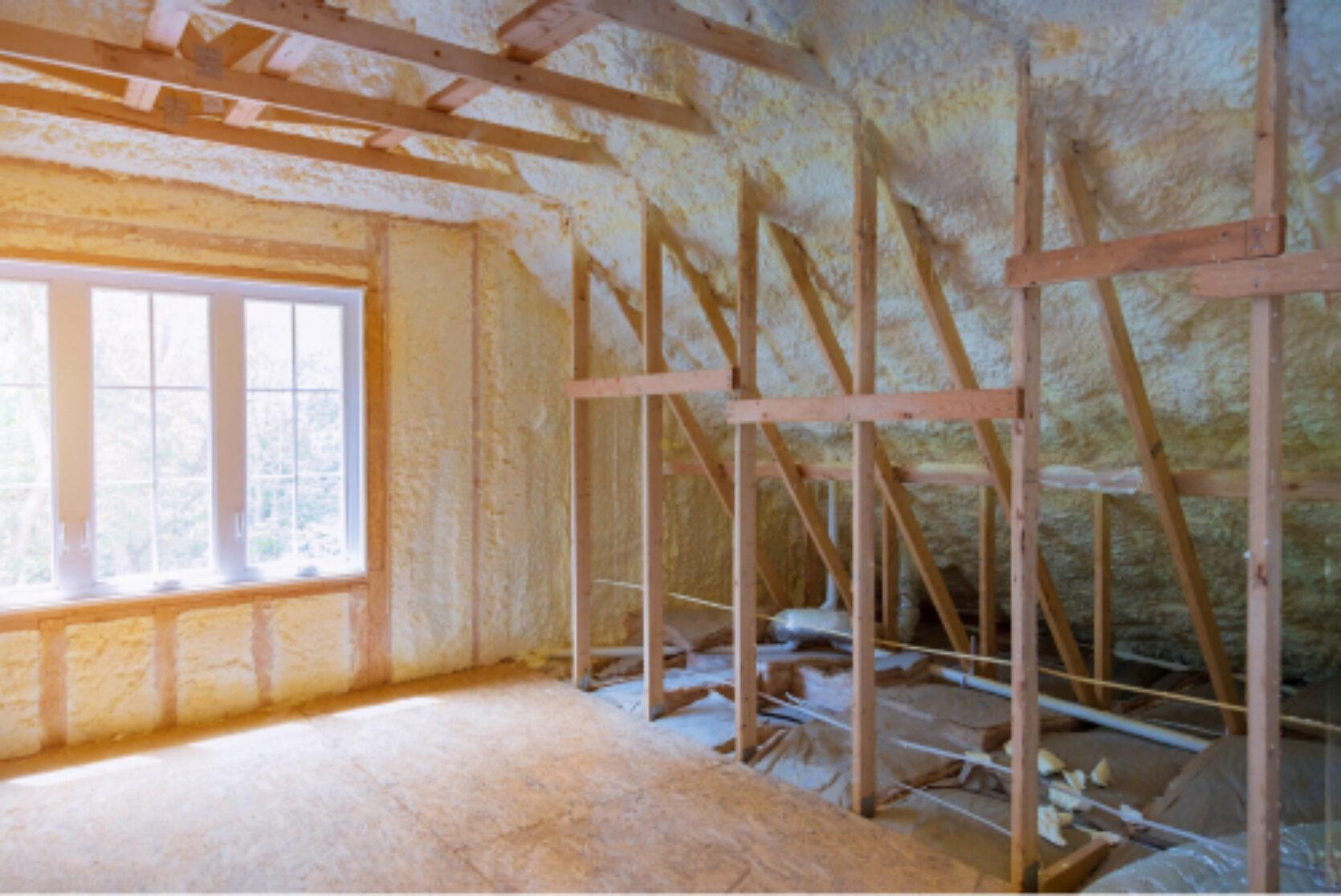 Synlig stenderverk og isolasjon i loftsetasje med stort vindu
