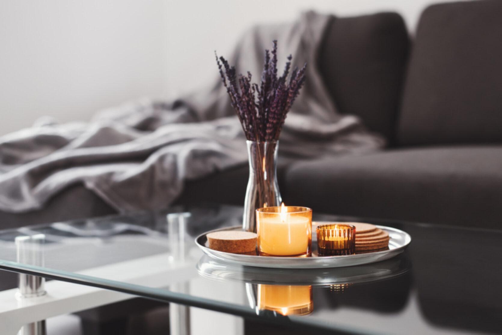 Bord med telys og pynt