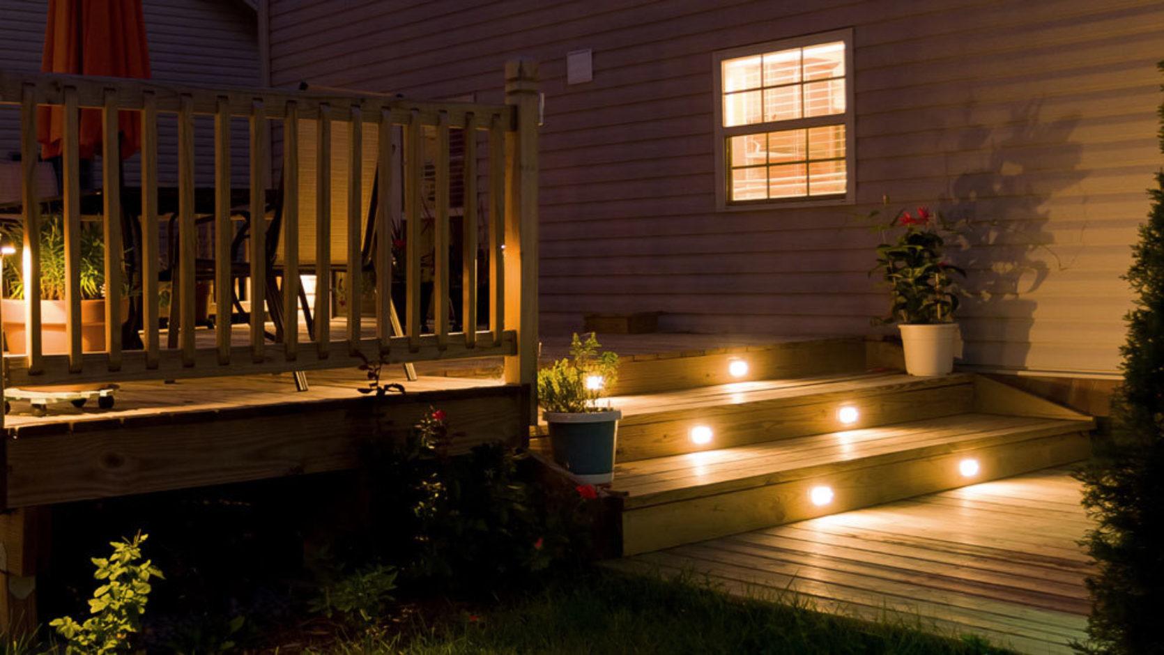 En opplyst terrasse i mørket