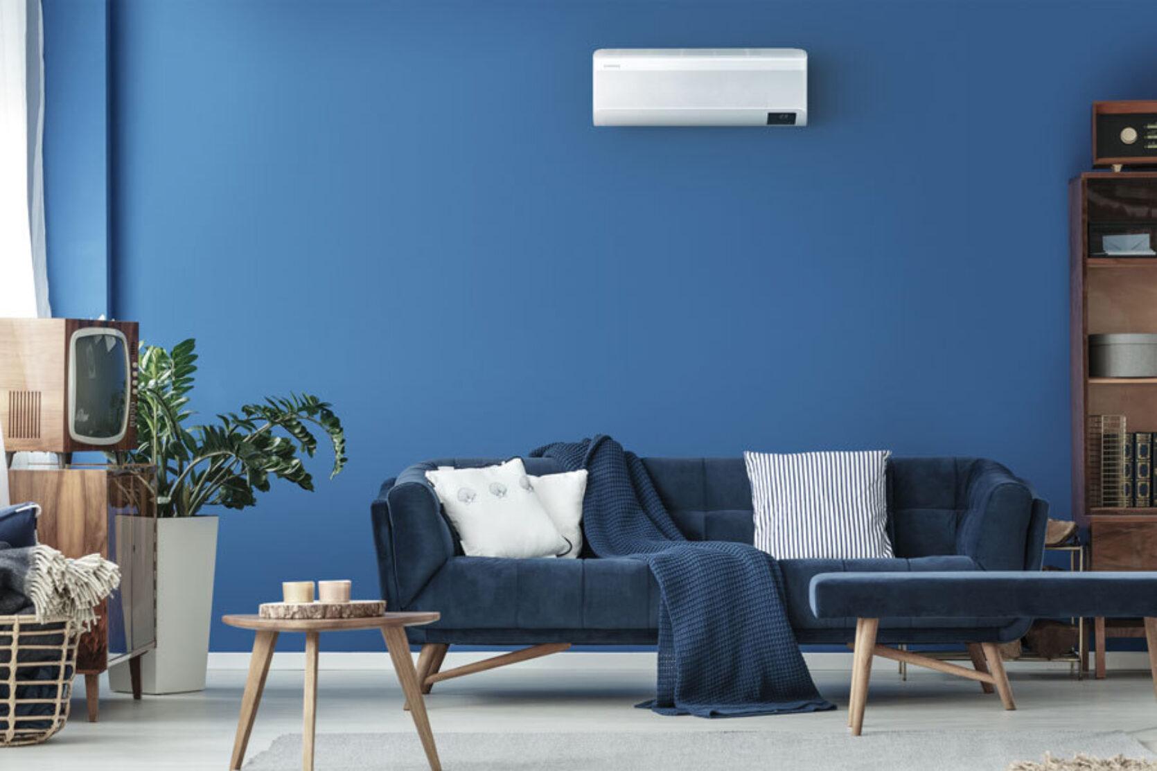 Blå stue med en varmepumpe og moderne interiør
