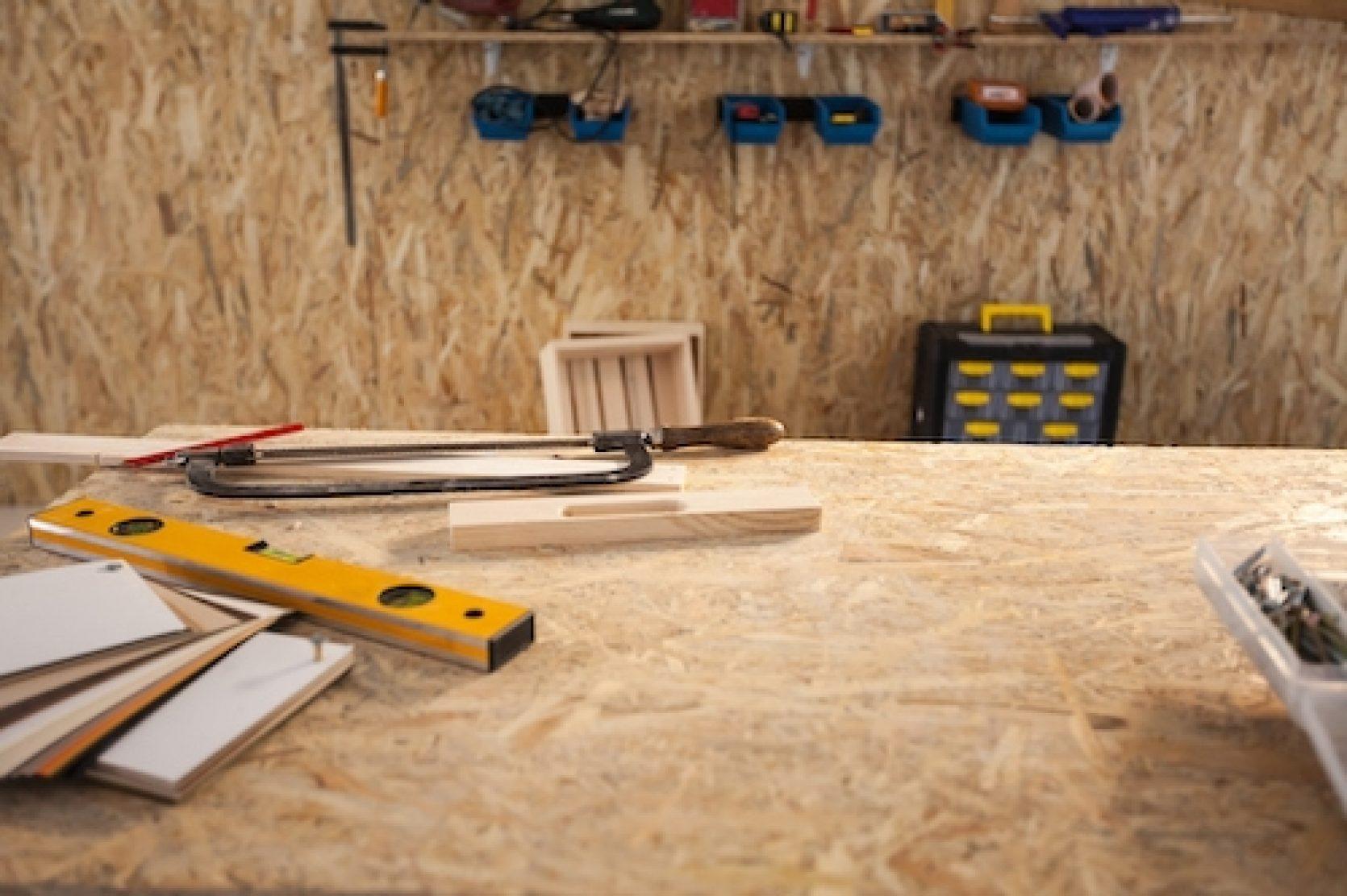 Nærbilde av arbeidsbenk og verktøy i en garasje