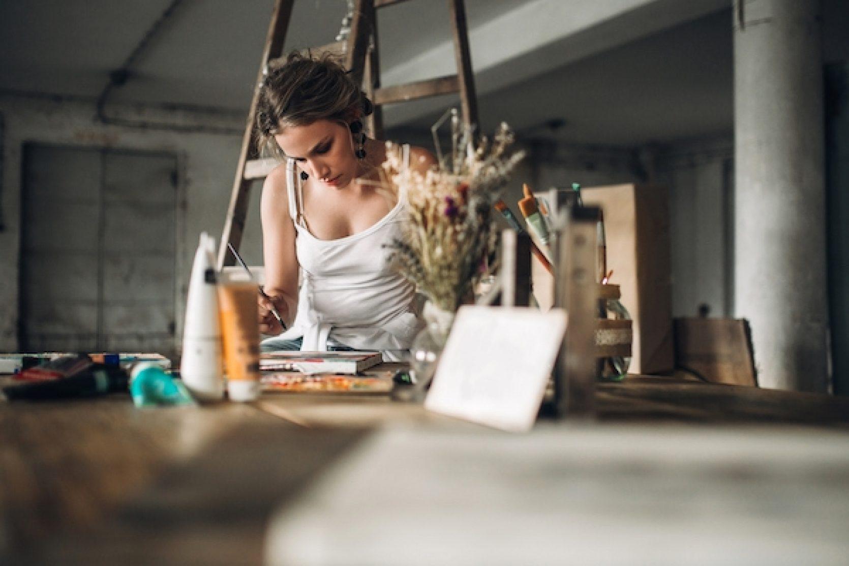 En kvinne som bruker garasjen som atelier
