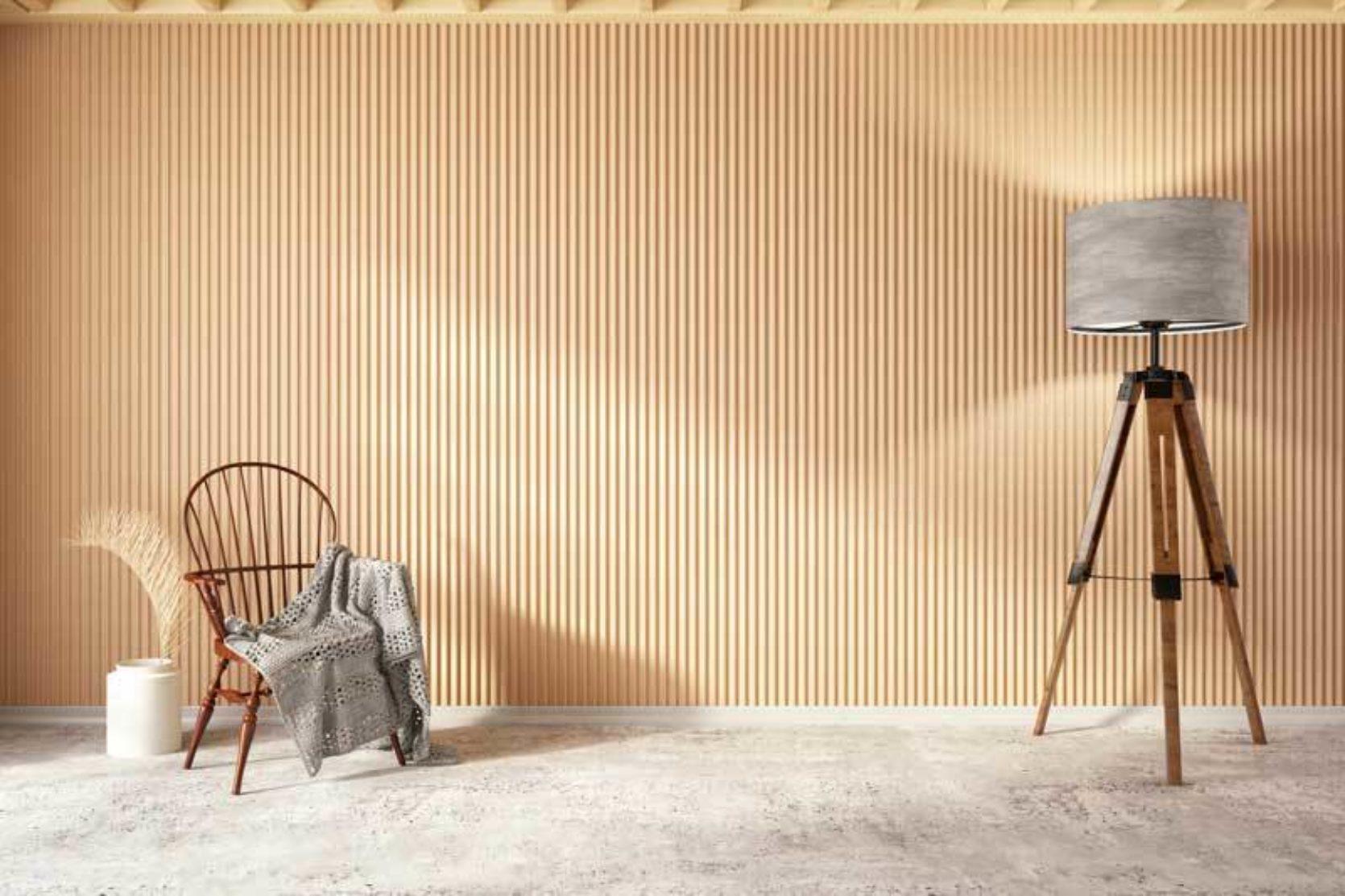 Trespiler (furuspiler) i en moderne stue. Spiler i tre gjør rommet hyggeligere - og dessuten kan spiler lydisolere rommet.