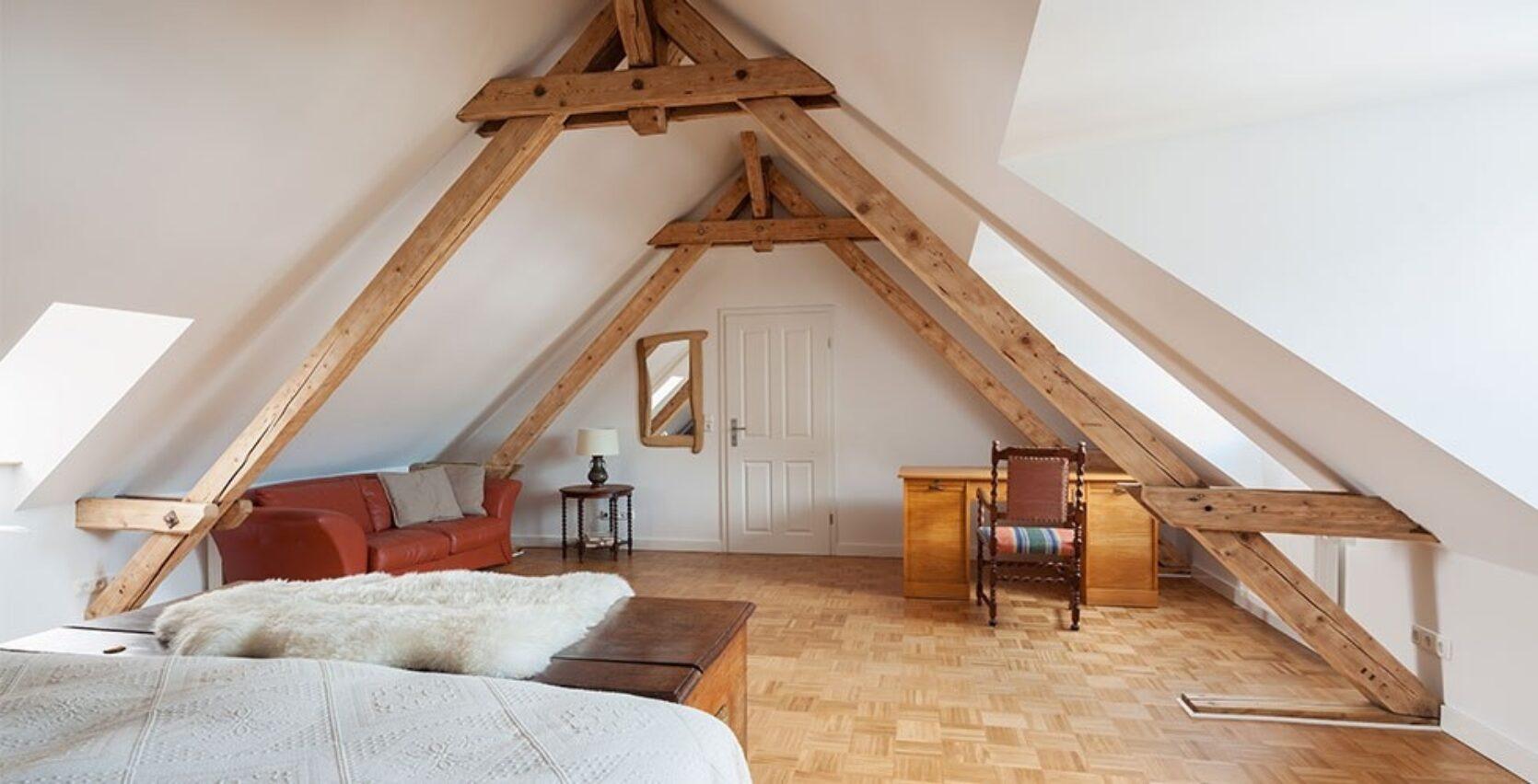 Nyoppusset soverom på loftet med treparkett på gulvet