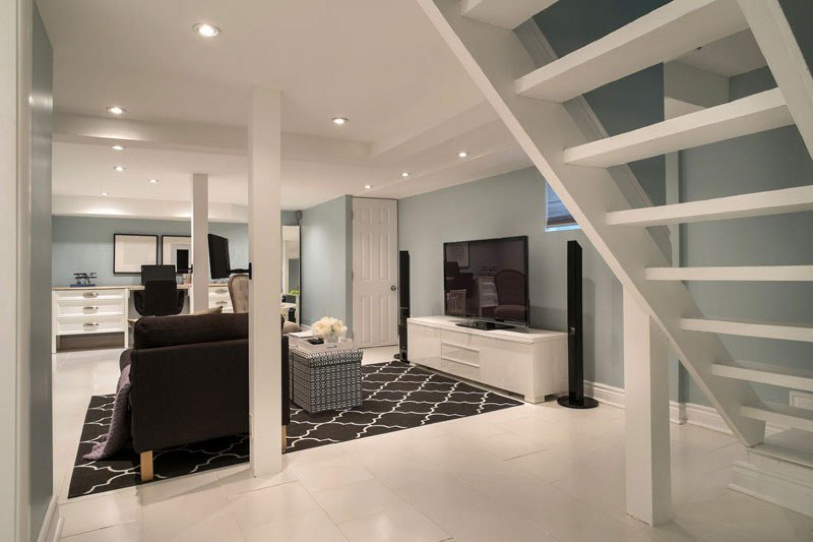 Trapp ned til kjeller, lyse farger og pent interiør