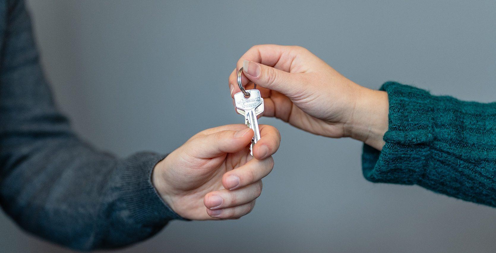 To hender som holder i en nøkkel