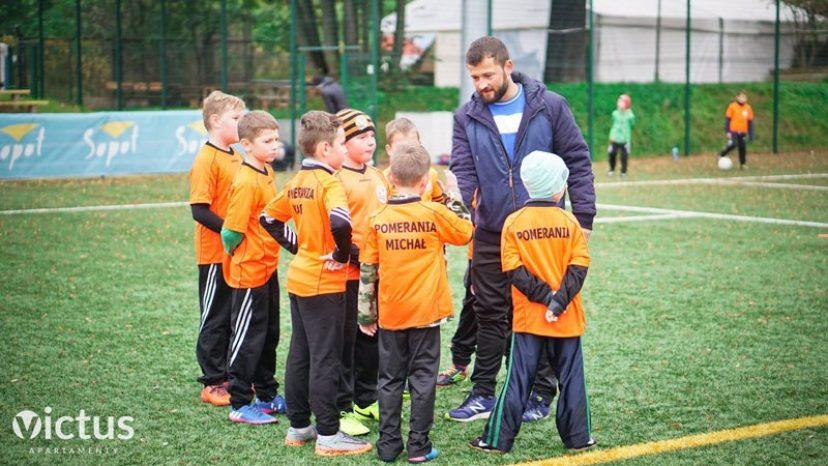 Dyktighandverker AS finansierer en fotballklubb i Gdansk i Polen - til glede for fotballglade barn! Foto: Dyktighandverker AS