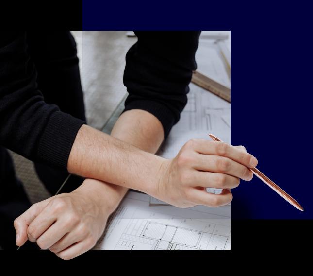 Forsidebilde pusse opp kjeller, hender som holder blyant over byggeskisser
